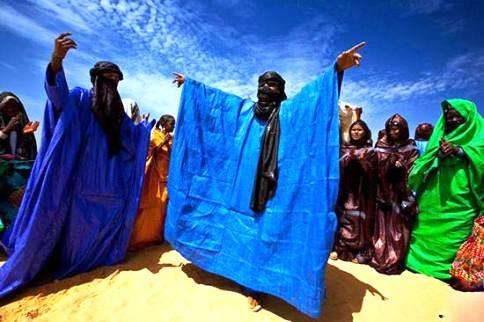 مردان نقاب دار در کنار زنان